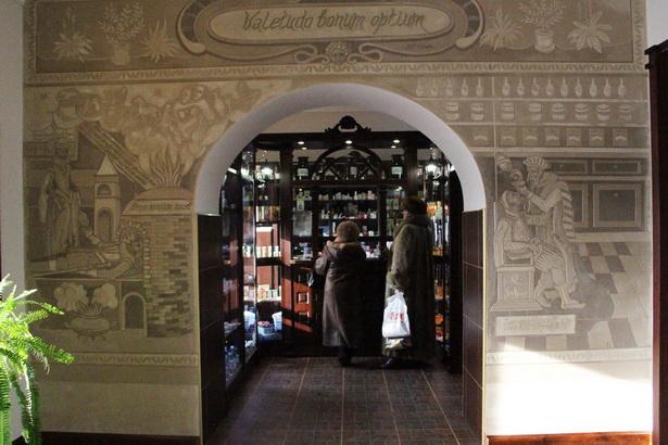 Огромное изображение по мотивам средневековых гравюр встречает покупателей в торговом зале аптеки по ул. Тельмана, 15