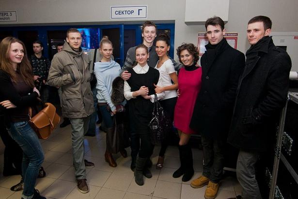 Анна Карпович (в центре) с группой поддержки