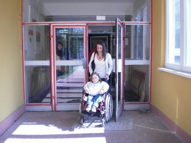 Добраться до школы Александре помогает индивидуальный помощник