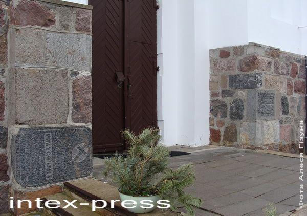 Мазаіка касцёльных сцен складаецца са старых надмагільных пліт