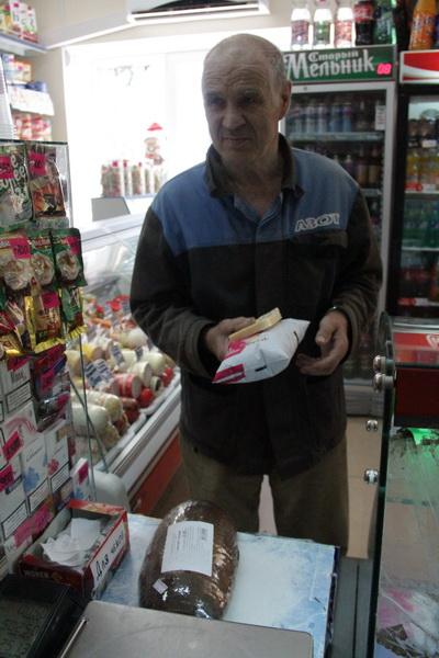 Для пенсионеров магазин – единственное место в округе, где можно купить хлеб и молоко