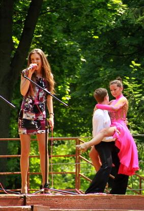 17-летняя вокалистка студии «Барс» Ангелина Макарчук исполнила композиции Шакиры на испанском языке