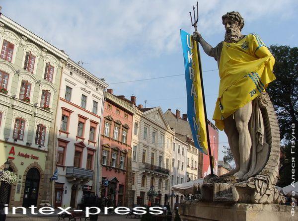 Падчас правядзення ў Львове ЕЎРА-2012 форму нацыянальнай зборнай Украіны па футболе прымервалі нават помнікі