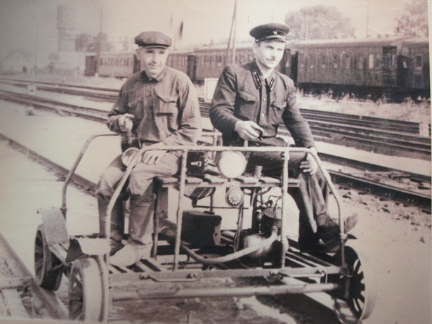 Работники дистанции и связи на мотодрезине совершают «обход» в районе Полесского вокзала, 60-е годы ХХ века