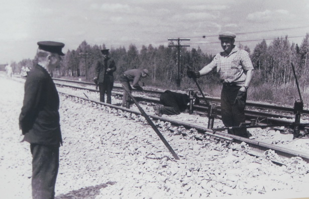 Путейцы с помощью ручных гидравлических домкратов рихтуют пути