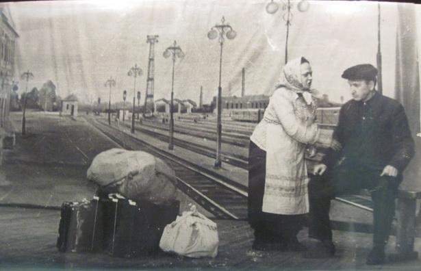Артисты драмкружка клуба железнодорожников на сцене. Декорации – действительный вид перрона ст. Барановичи-Полесские, 1959 г.