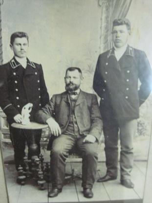 Так выглядели барановичские железнодорожники в начале ХХ века. Первый слева – машинист