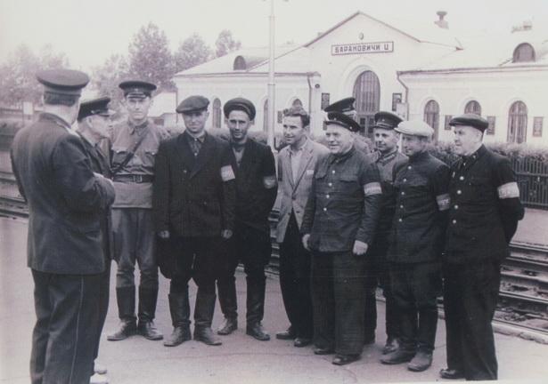 Инструктаж общественных дружинников на станции Барановичи-Центральные, 1960-е годы ХХ века