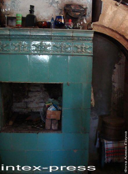 Аўтэнтычны кафляны камінок у сядзібавым доме Раецкіх