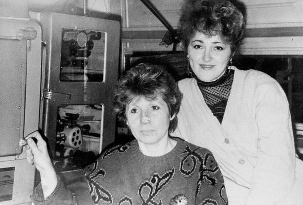 Галина Романова (справа) и Ядвига Нестерович в большой аппаратной кинотеатра «Октябрь», конец 80-х