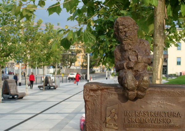 Сімвал сучаснага Вроцлава - бронзавыя гномы, што разбрыліся па розных кутках горада. Адзін з іх сустракае проста каля вакзала --  фота Алеся Гізуна
