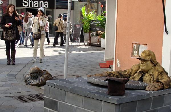 Вуліцы славацкай сталіцы Браціславы ўсё больш прыцягальныя для замежных турыстаў  --  фота Алеся Гізуна