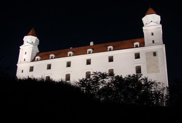 Нядаўна адрэстаўраваны замак у Браціславе  --  фота Алеся Гізуна