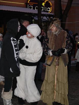 В преддверии Нового года добрый снеговик хочет подружиться с Кощеем и  Бабой Ягой