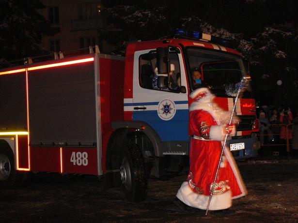 Дед Мороз и Снегурочка на открытие елки приехали на пожарной машине