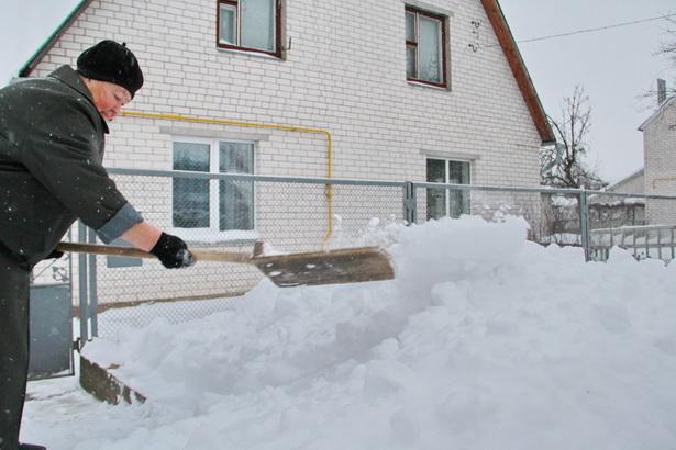 Сильные снегопады доставили немало хлопот горожанам