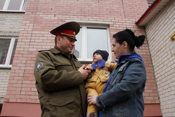 Подполковник Барановичского ГРОЧС Виталий  Переход спас выпавшего из окна двухлетнего Тимофея  Лепешко (на фото – малыш с мамой)