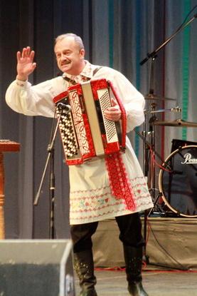 Основатель группы народной музыки «Фэст» Иван Кустинский успешно руководит коллективом уже 20 лет. С юбилеем,  «вандроўныя музыкі»!
