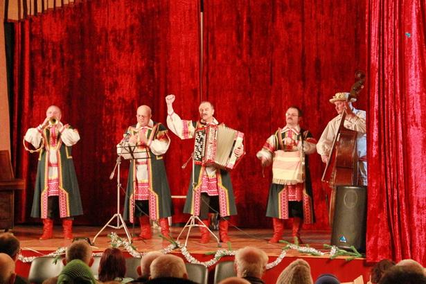 Выступление бродячих музыкантов из группы «Фэст» стало настоящим подарком для жителей Лесной
