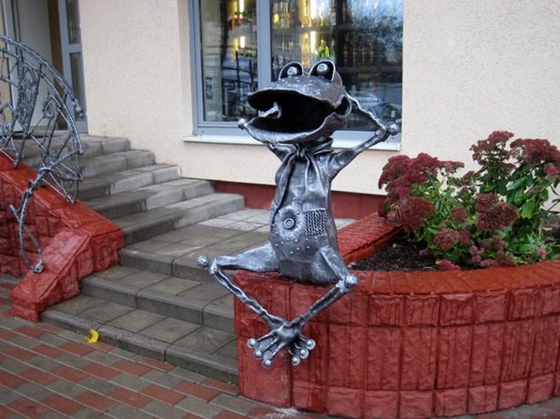 Похищение декоративных статуэток стало уже недоброй традицией в городе Барановичи.  В 2012 году похитили   лягушку.  Металлическую скульптуру так и не нашли и на ее место установили новую