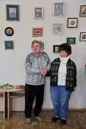 С дебютом Татьяну Курчевскую (справа) поздравила известная барановичская художница Ольга Ромейко