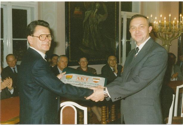 Заключение договора о дружественных связях и сотрудничестве между городами Барановичи и Штоккерау. Николай Лобко (справа) и Леопольд Рихетски (слева)
