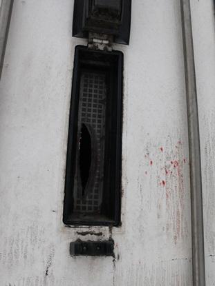 Раздирая руки в кровь, водитель через узкое вентиляционное окошко в двери грузовика бросал на дорогу свои вещи в надежде на то, что его заметят и спасут