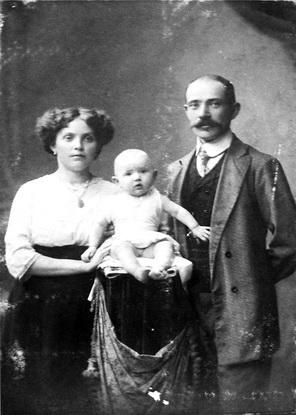 На фото с родителями Ларисе Гуговне полгода