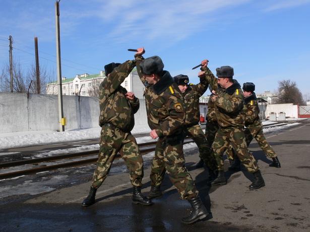 Приемы рукопашного боя военнослужащие отрабатывают  перед каждым рейсом спецвагона