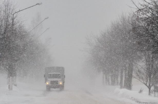 В условиях густого снегопада машины ехали практически вслепую