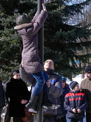 «Потешный» столб стал традиционным развлечением на масленичных гуляниях