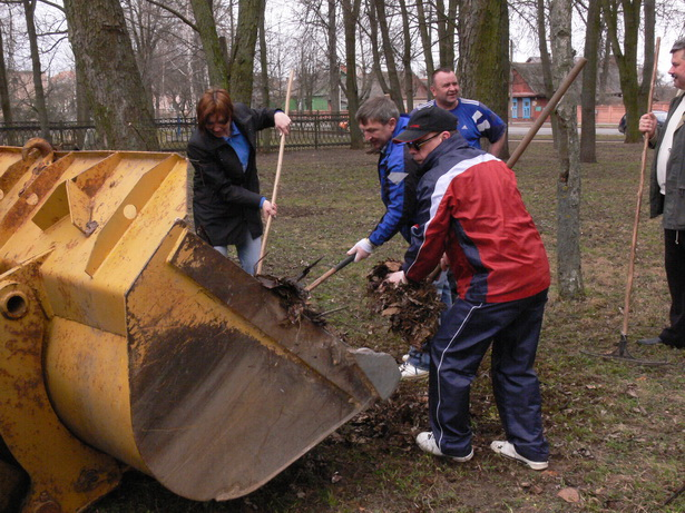 Депутаты убирали прошлогоднюю листву в старом парке