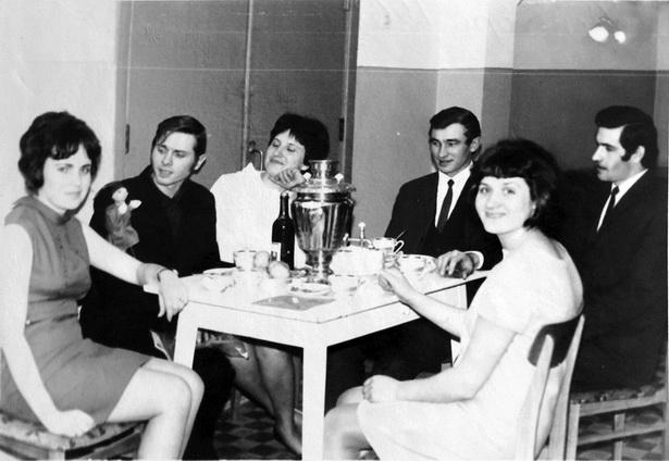 Чай с конфетами, вино и фрукты – типичный набор для празднования 8 Марта в начале 70-х