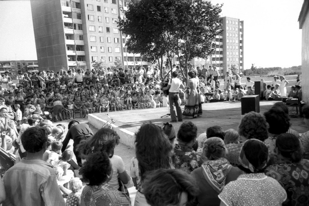 Городской праздник на открытой танцплощадке в одном из микрорайонов  в 1981 году