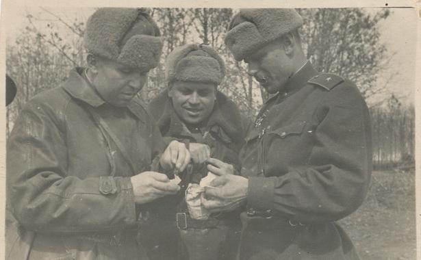 Перекурить в свободную минутку. На фото:  Александр Наконечников  (слева), Чухраев и командир батальона. 1943 год