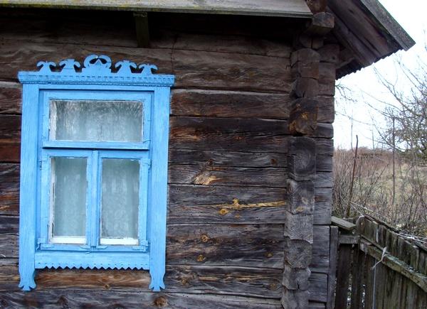 Акно з ліштваю у вёсцы Калдычэва Баранавіцкага раёна.  Фота -- Алесь Гізун