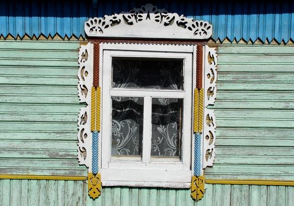Новае акно з сучаснай ліштваю ў вёсцы Падгорная Баранавіцкага раёна.  Фота -- Алесь Гізун