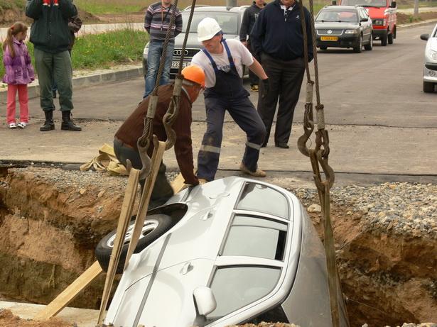 Спустя 14 часов после ДТП автомобиль наконец вытащили из ямы