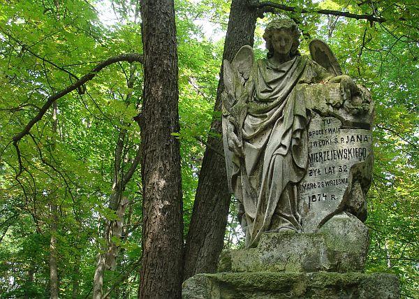 Помнік у выглядзе анёла на могілках у Варончы. Фота -- Алесь Гізун