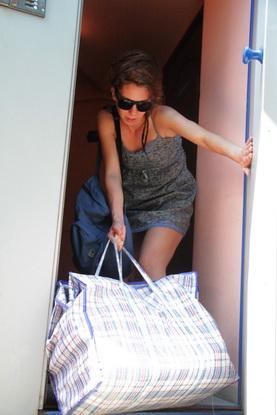 Доставка писем,  договоров и прочей  корреспонденции – так я представляла себе работу курьера. На деле же пришлось таскать тяжелую сумку и  «втюхивать» товары каждому встречному.