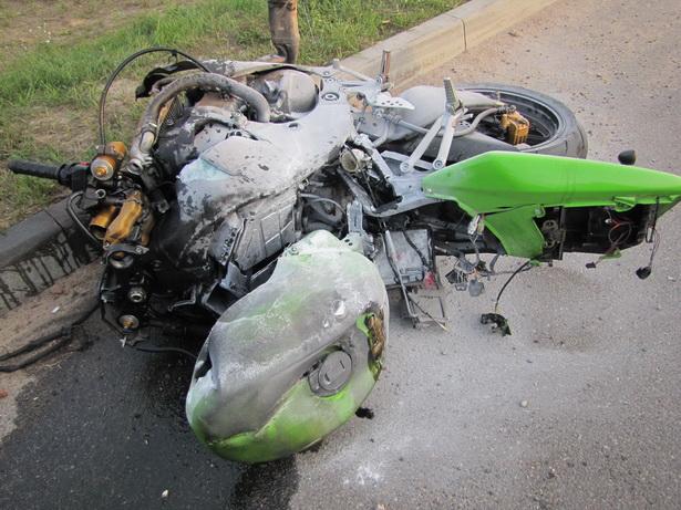 От удара  мотоцикл  загорелся, его  пришлось тушить