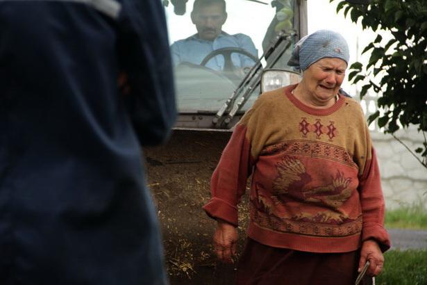 Сельчанка Мария с плачем встречает спецкомиссию по уничтожению свиней. Фото Intex-press/Людмила Прокопова