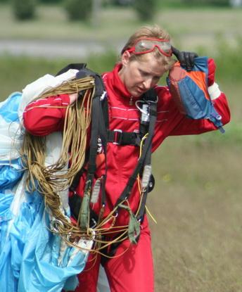 Директор барановичского аэроклуба Анжела Трофимова совершила более двух тысяч прыжков с момента прихода в парашютный спорт