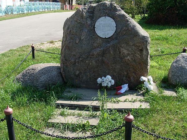 Мемарыяльны камень у цэнтры Сталовіч у памяць пра бітву беларуска-польскага войска з расійскім войскам.  Фота -- Алесь Гізун