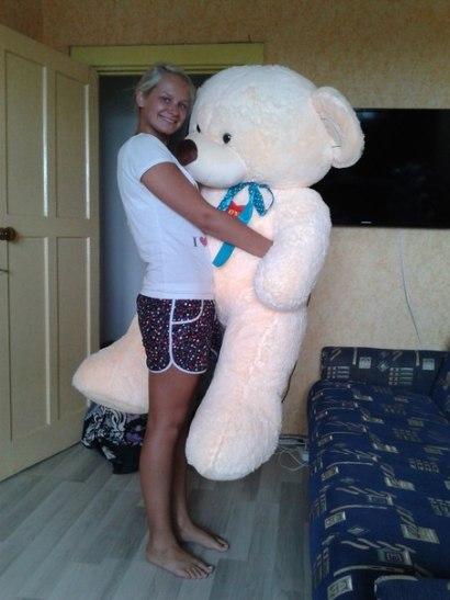 После свадьбы появилось время на романтику: Дима подарил Алине большого медведя, о котором она всегда мечтала. Фото из архива семьи Сипович