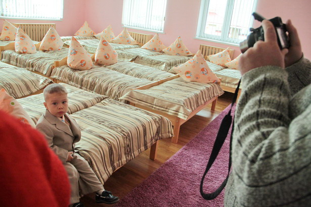 В день открытия детсада родителей провели по всем комнатам дошкольного учреждения