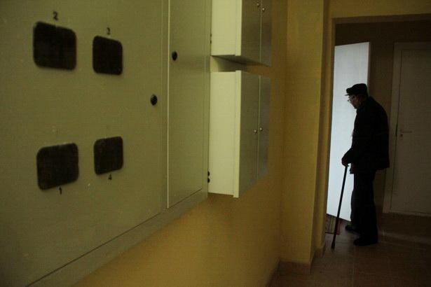 Больше месяца после сдачи дома в Барановичах жильцы - многодетные семьи, пенсионеры, инвалиды - жили без горячей воды. Фото Intex-press