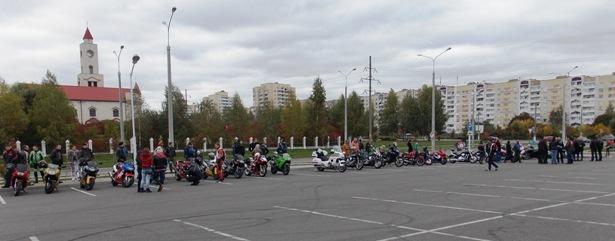 На площадке возле Ледового дворца днем 5 октября собралось более 50 человек. Фото Людмила СТЕЦКО/INTEX-PRESS