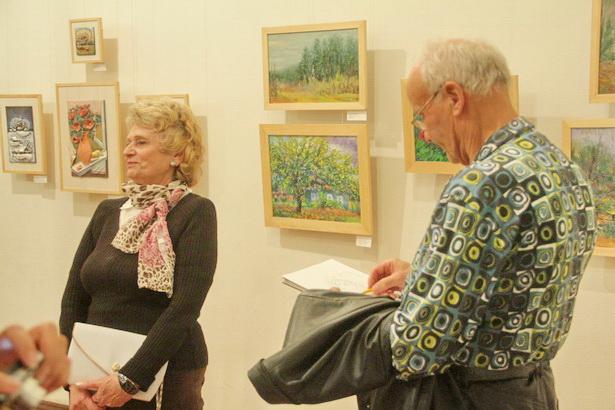 Барановичский художник Иосиф Голяк за несколько минут нарисовал несколько шаржей на приглянувшихся ему посетителей и авторов выставки прямо в выставочном зале