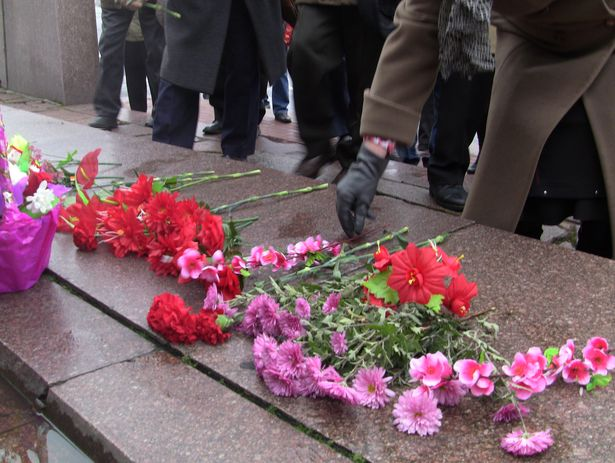 Коммунисты Барановичей принесли цветы к памятнику. 7 ноября 2013 года. Фото Александр Трипутько